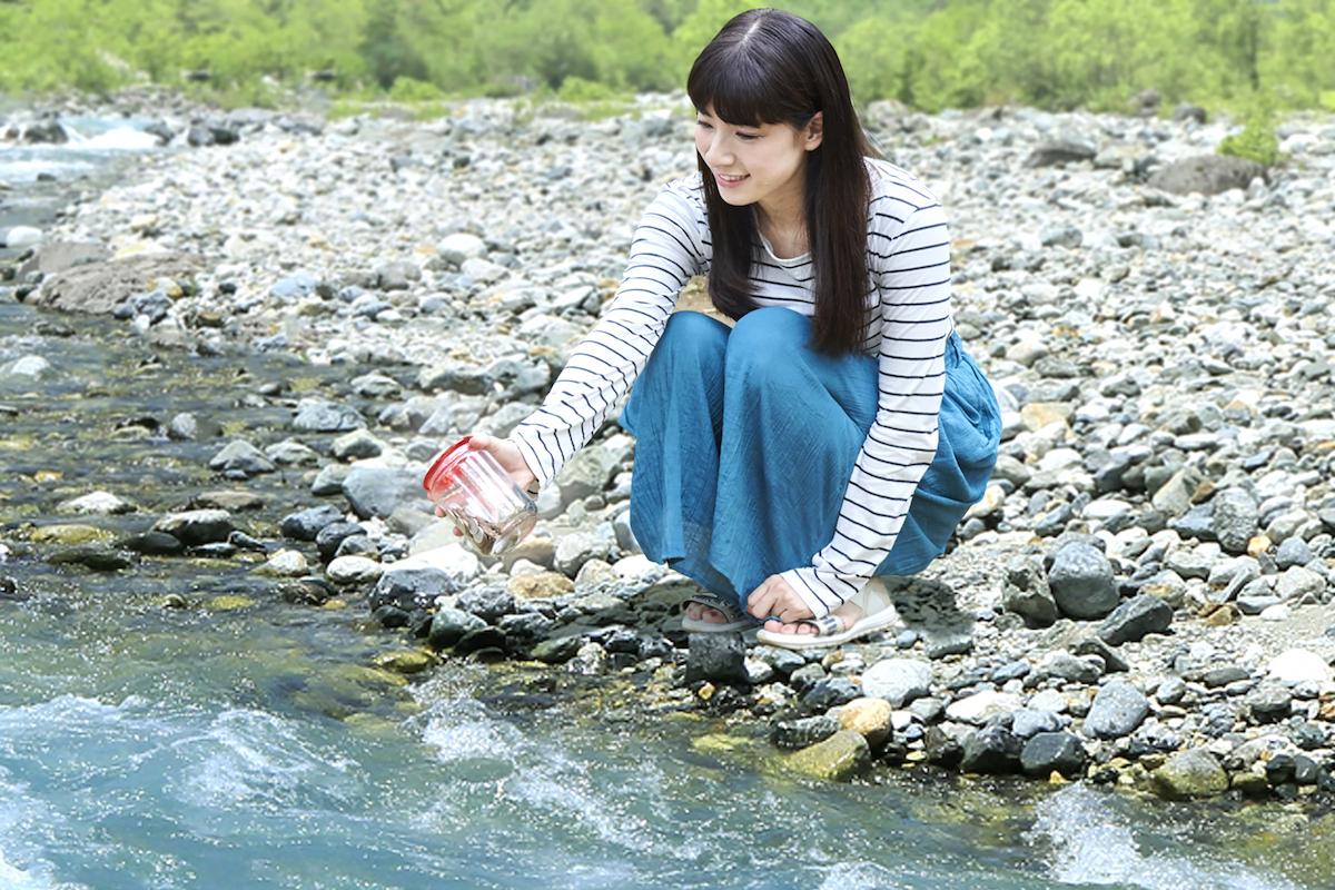 お金を入れたボトルを川に投げ、へそくりする母