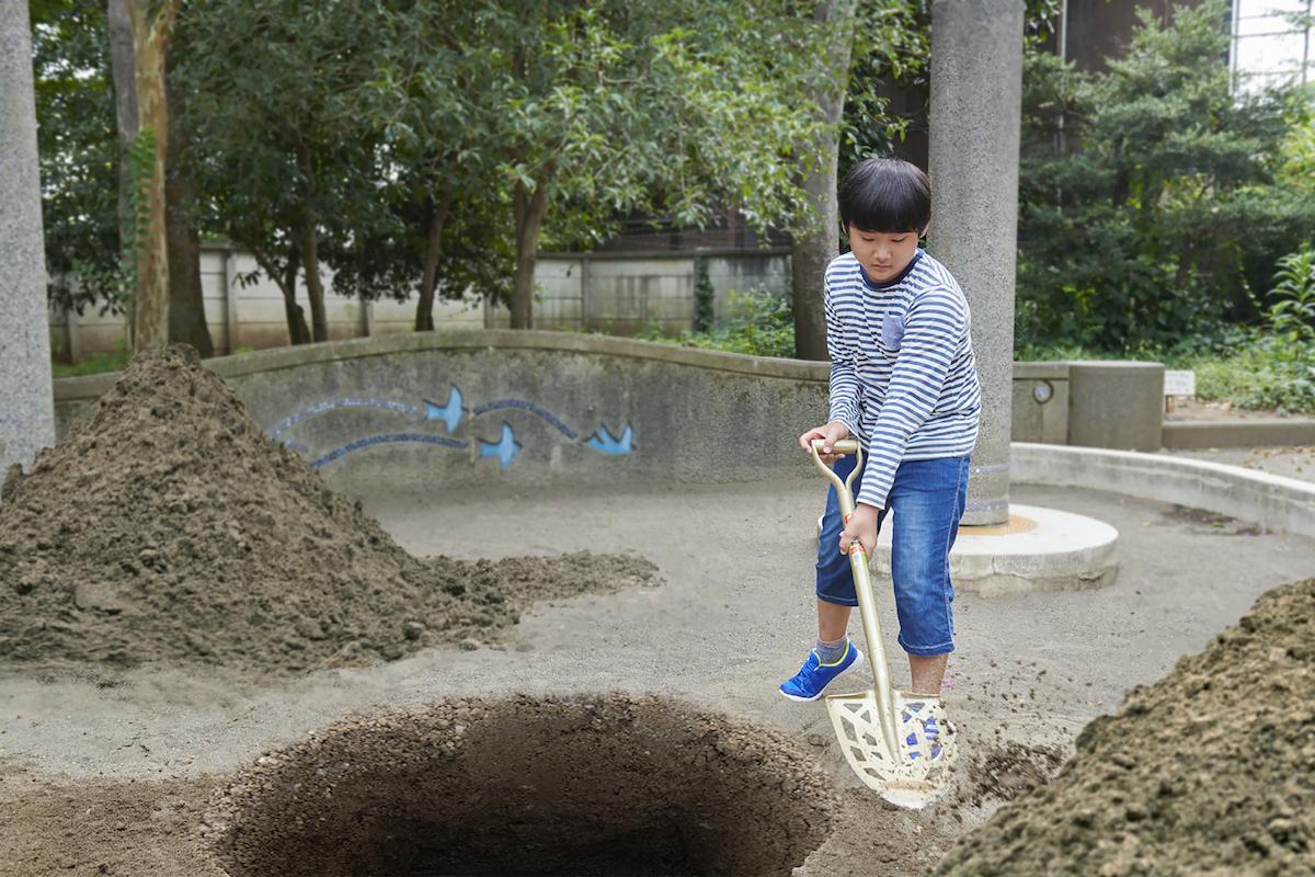 無心に穴を掘り続ける息子