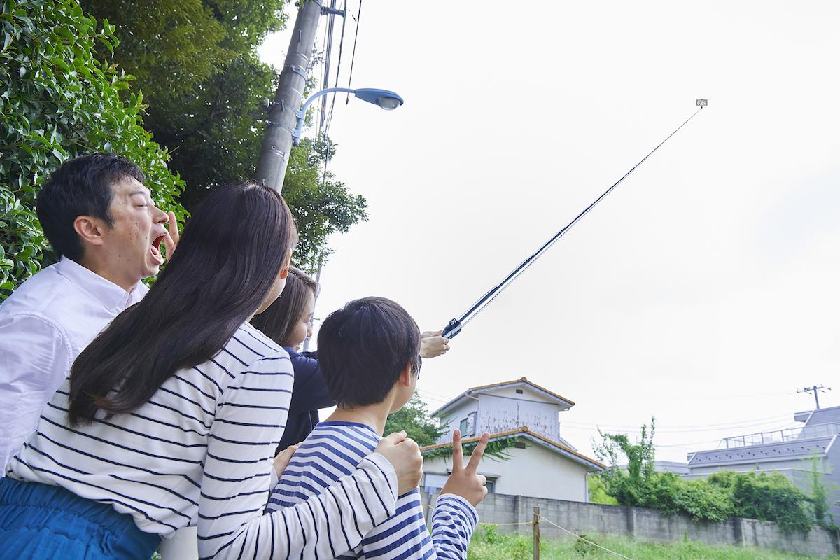 めちゃくちゃ長い自撮り棒で撮影する家族