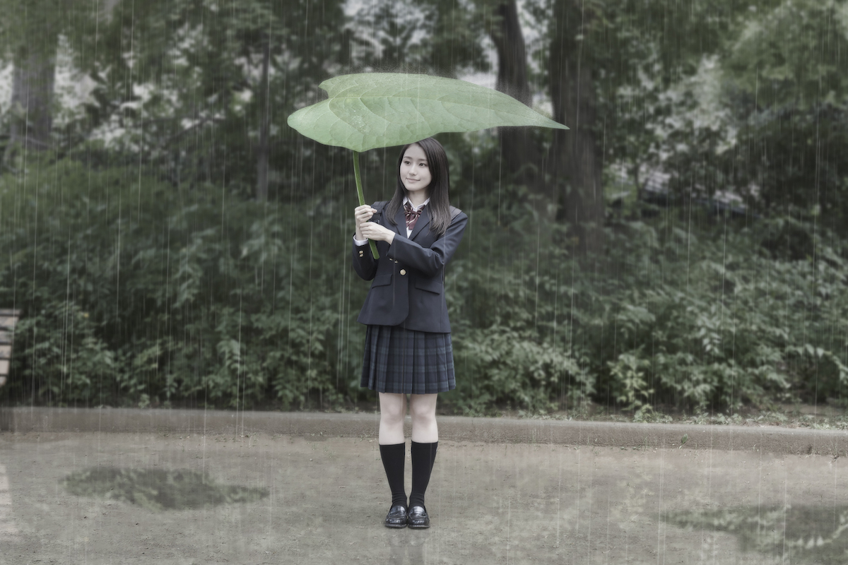 めちゃくちゃでかい葉っぱを傘代わりにする娘