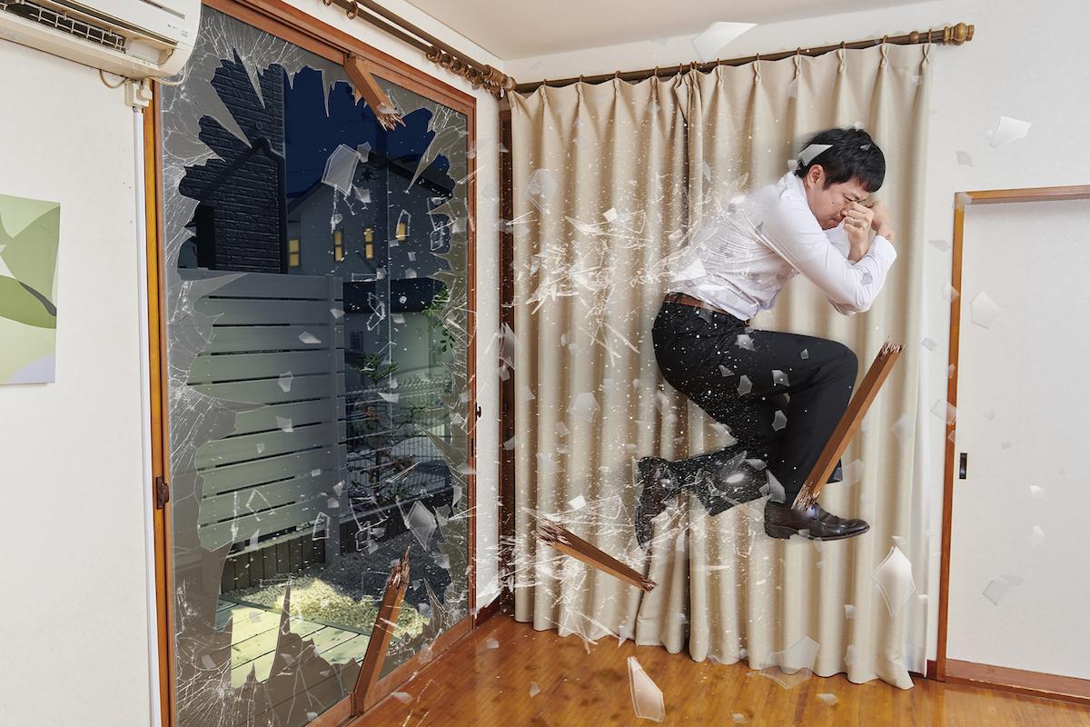 窓をつきやぶって帰宅してくる父
