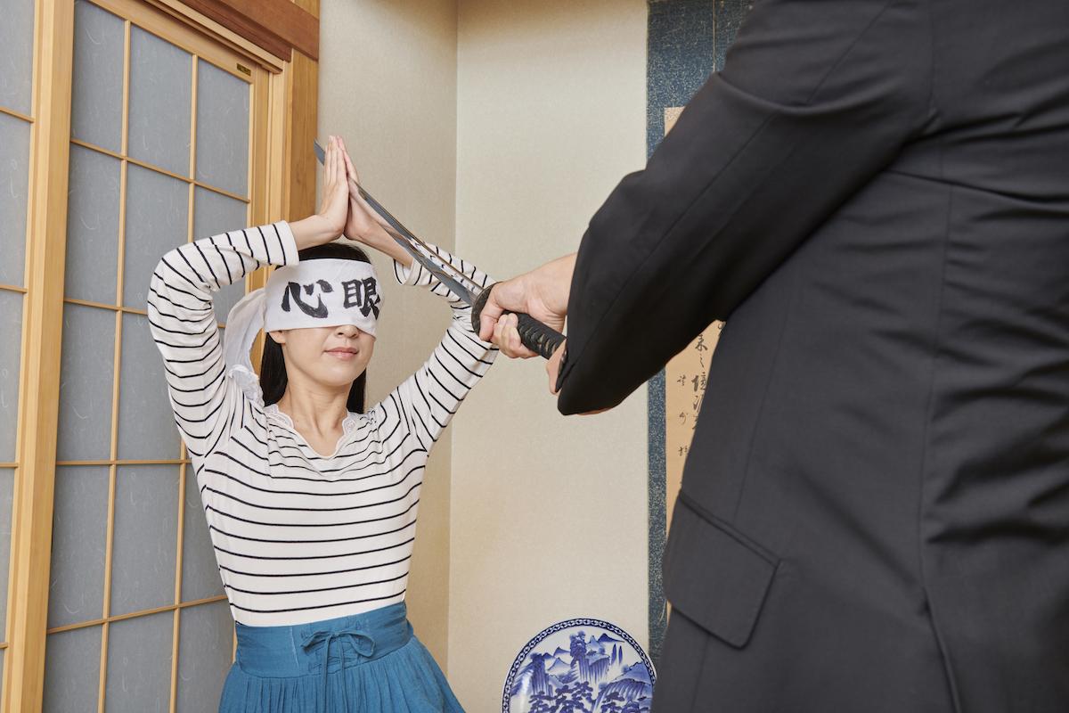 「心眼」と書かれたハチマキをして、父の刀を白刃取りする母