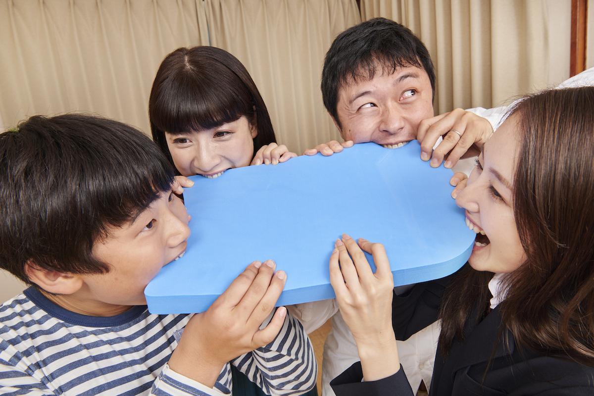 ビート板を4方向から噛み付き合う家族