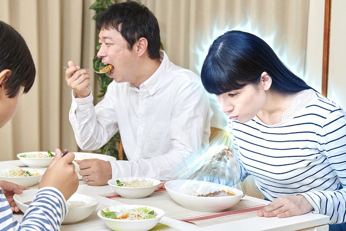 家族の食卓でカレーの魂を食べる母