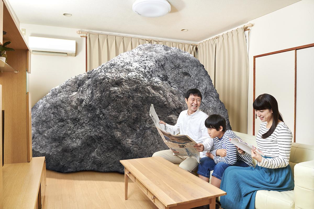部屋の奥にでかい岩が置かれている何でもない日曜の昼下がり