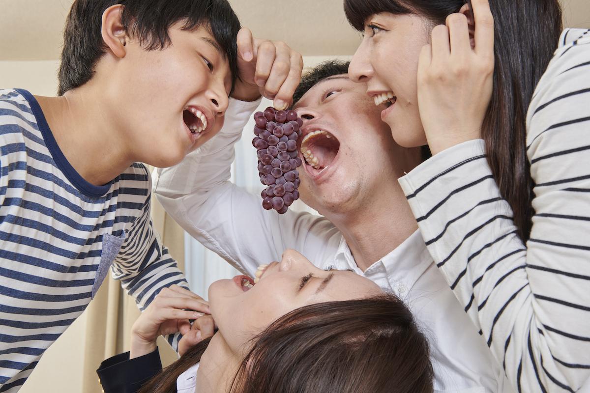 一房のぶどうを、もがずに4人で食べる家族
