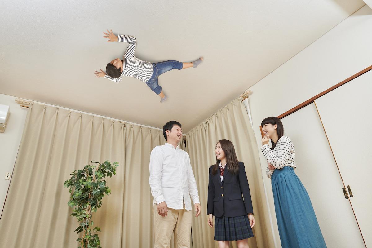 息子が四つん這いで天井に貼り付くが家族は誰も気にしていない