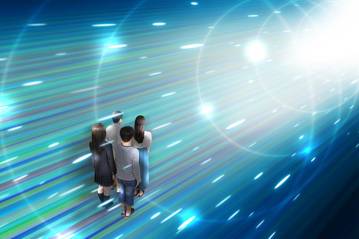 通信ケーブルの中に入っているような空間を移動している家族