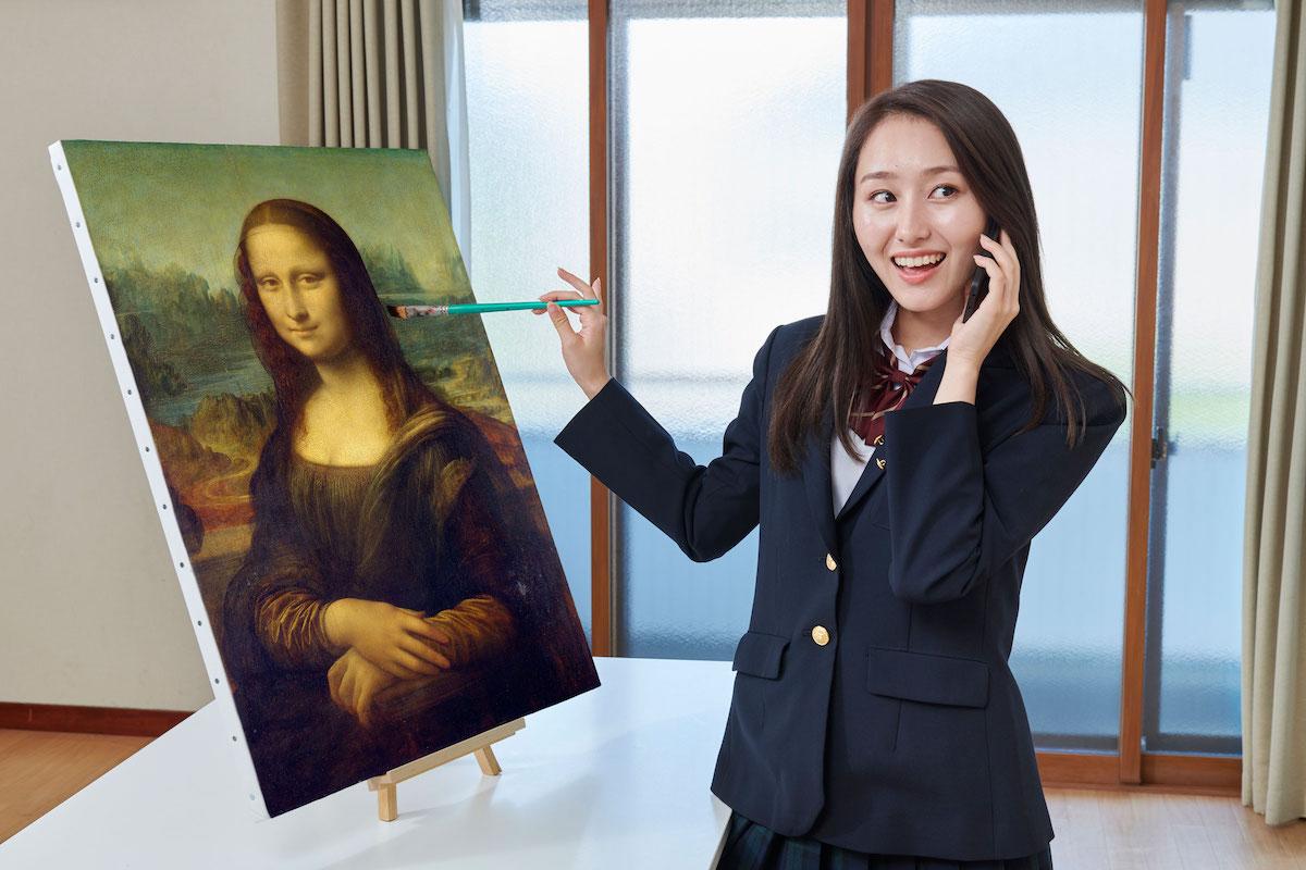 電話しながらなんとなく余った手でモナリザ(油彩)を描いている娘