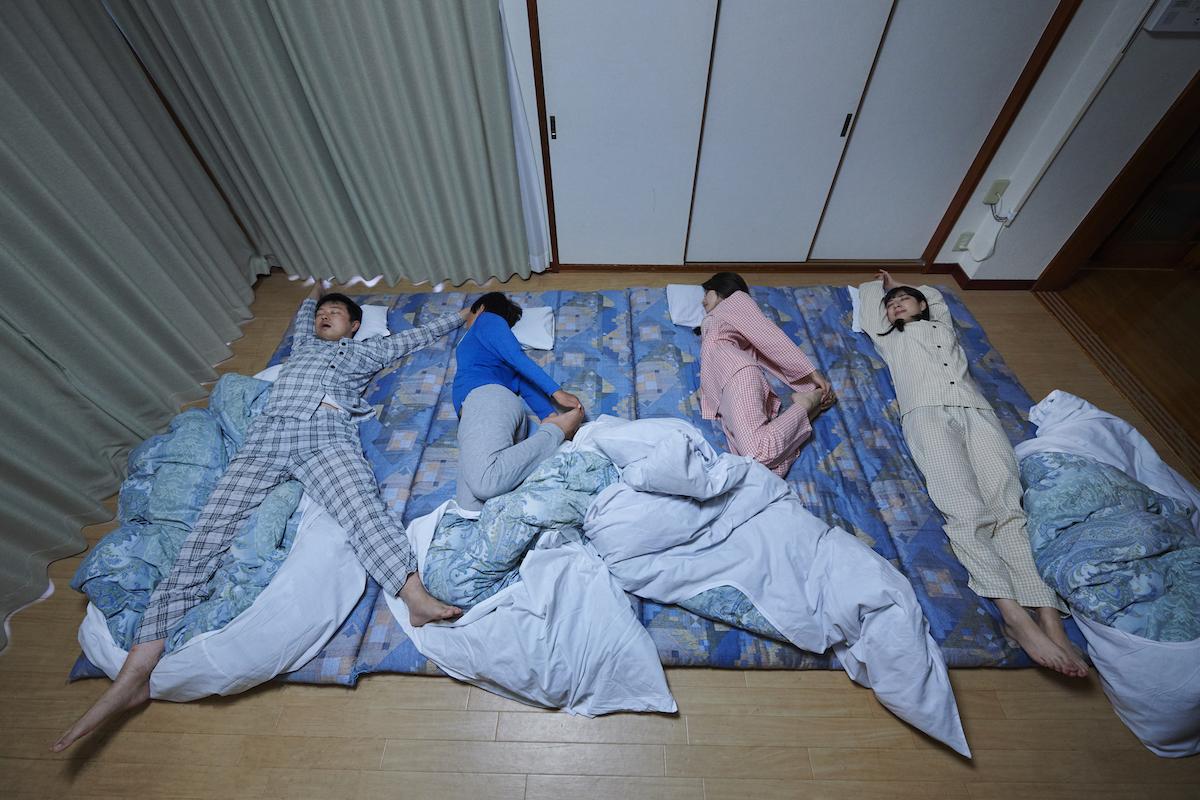 KDDIの字になって寝る家族