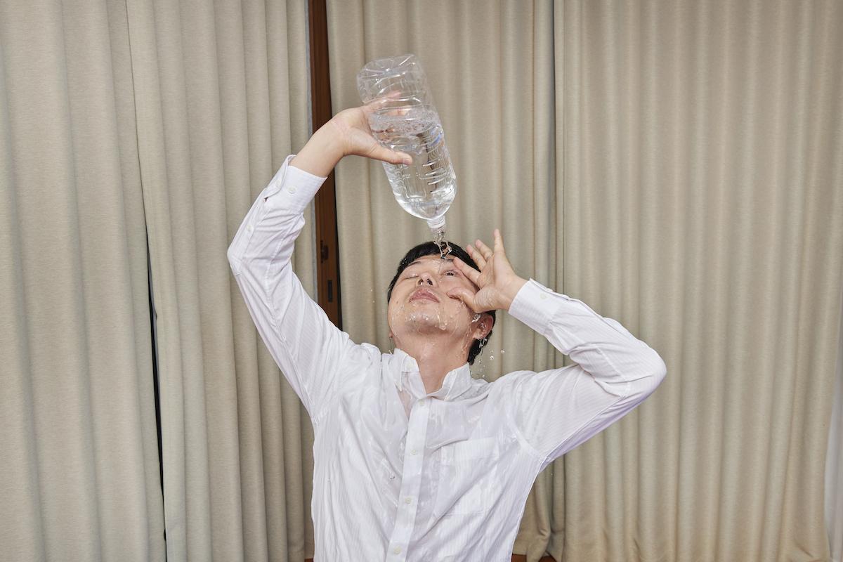 目薬と間違えて2リットルのペットボトルの水を目にさしてしまった父